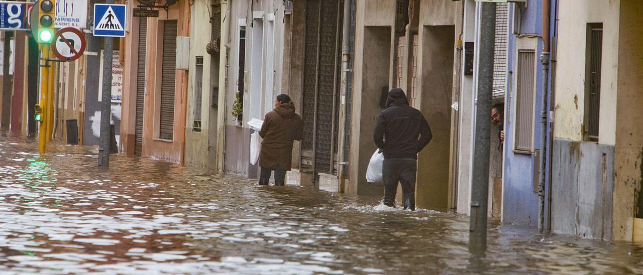 Inundaciones en una de las principales arterias de Carcaixent durante el temporal de principios de noviembre. | LEVANTE-EMV