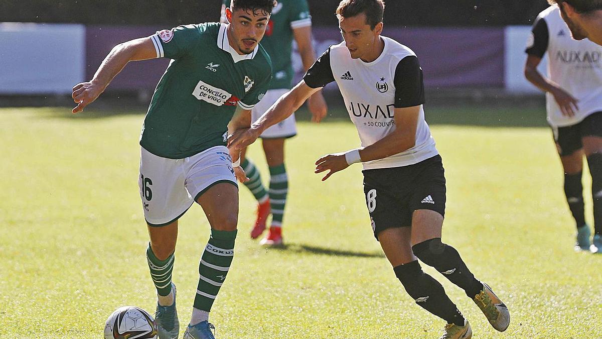 Garci, del Coruxo, conduce el balón ante el madrieño Albor en el partido de ayer. |  // PABLO HERNÁNDEZ