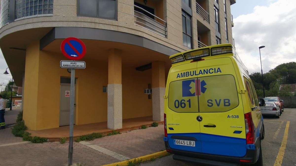 La ambulancia del 061 en Cangas.