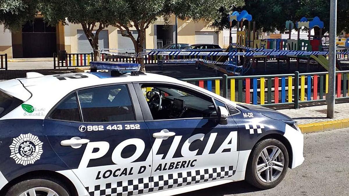 Muchos ayuntamientos cierran parques y refuerzan la vigilancia policial. | LEVANTE-EMV