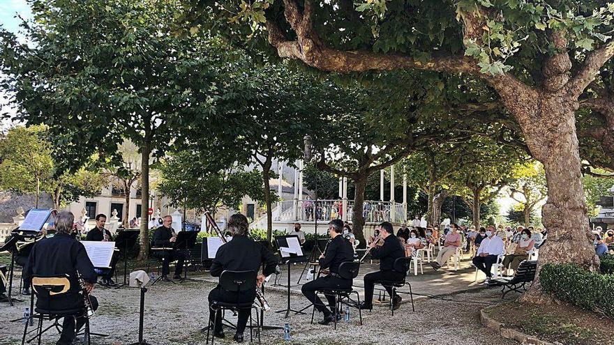 La OSPA llena el parque Vicente Loriente de Castropol