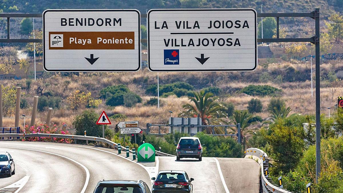 Uno de los carteles de entrada al municipio que recoge los dos topónimos de La Vila Joiosa/Villajoyosa. | DAVID REVENGA