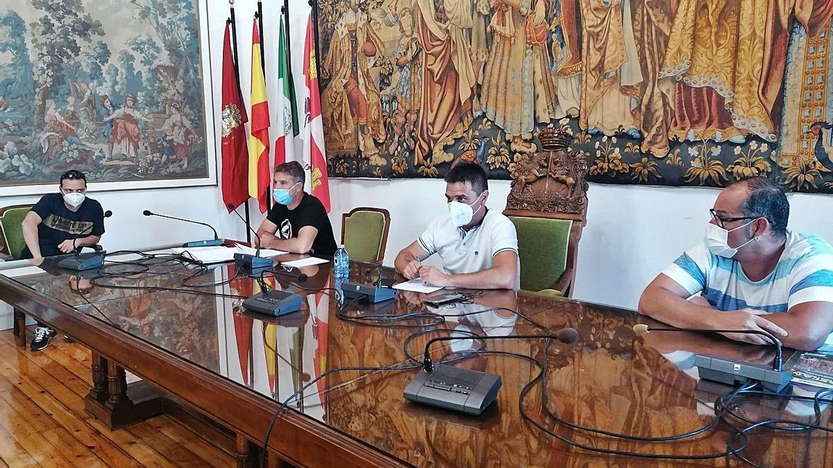 Parte de la junta directiva saliente del club en la asamblea celebrada en el Ayuntamiento de Toro. | M. J. C.
