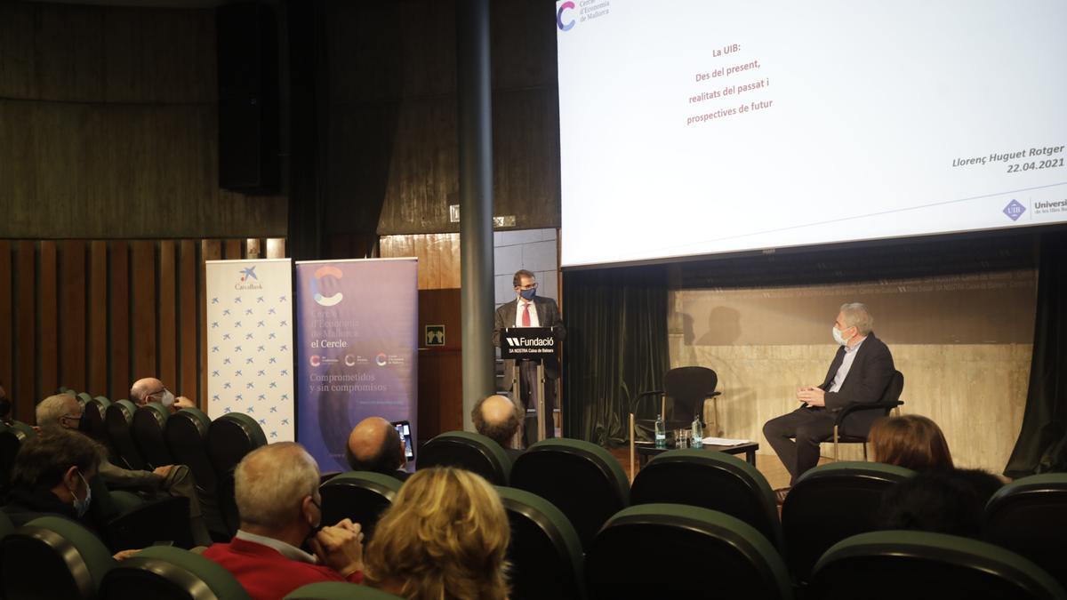 El rector Llorenç Huguet durante la conferencia