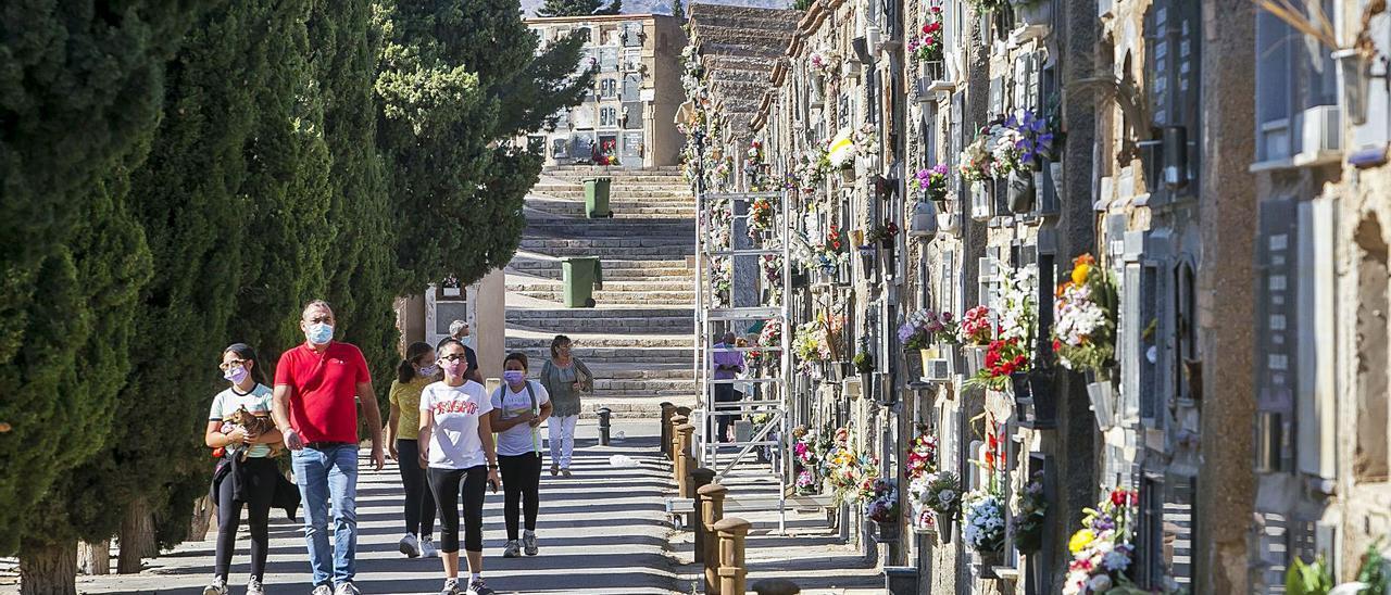 Imagen del cementerio de Alicante durante la conmemoración de Todos los Santos del pasado mes de noviembre. | HÉCTOR FUENTES
