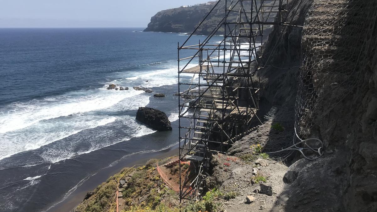 La obra de la escalera de acceso a la playa de Los Patos, paralizada desde marzo de 2020