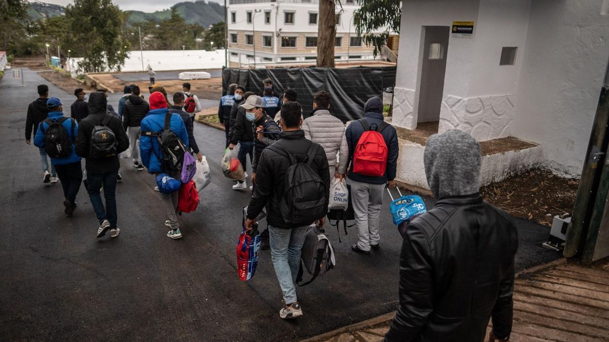 Un grupo de inmigrantes salen del campamento de Las Raíces.