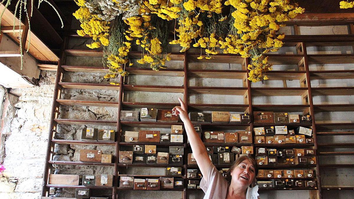 Ana Barrón señala alguna de las flores que se están secando.   Araceli Saavedra