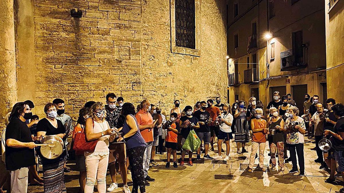 Veïns concentrats ahir a la nit davant l'església. | PERE DURAN / NORD MEDIA