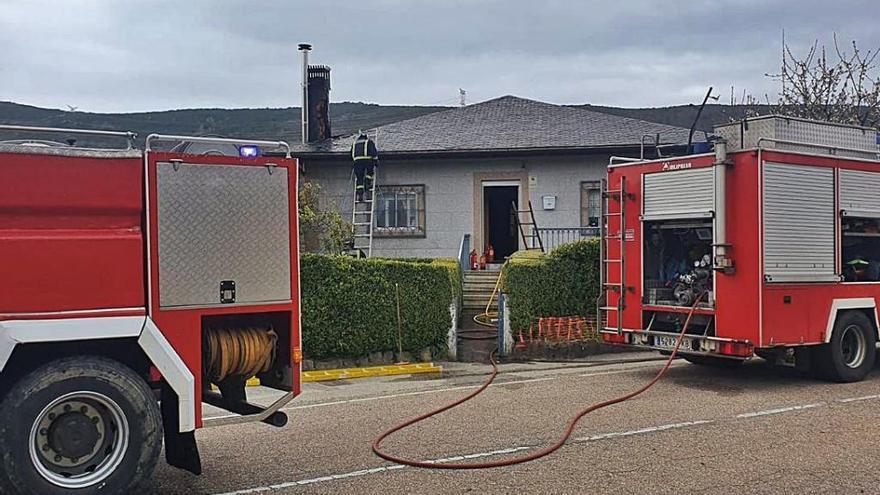 Casa afectada por el incendio de ayer en Lubián.