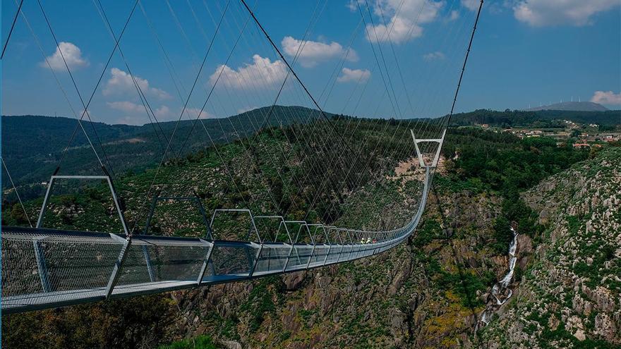 VÍDEO | Prueba de carga del mayor puente colgante peatonal del mundo a 3 horas de Vigo