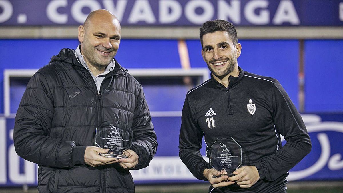 Por la izquierda, Fermín Álvarez, mejor entrenador, y Edu Font, mejor jugador, de Tercera, ambos del Covadonga, posan con los trofeos de LA NUEVA ESPAÑA.