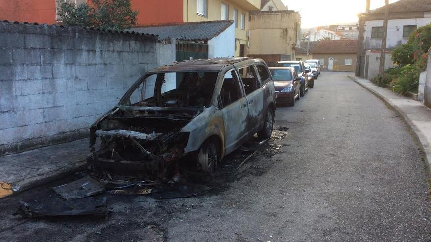 Investigan el incendio de un coche en pleno centro de Bueu