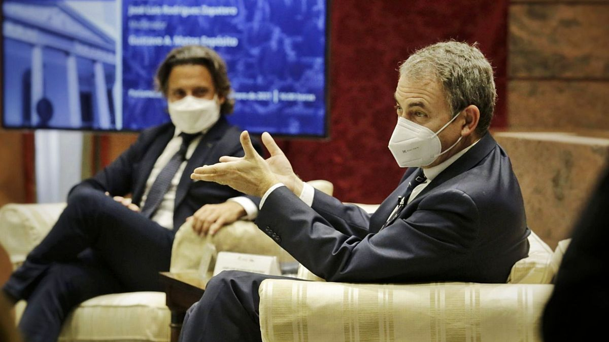 José Luis Rodríguez Zapatero, ayer durante la conferencia que pronunció en el Parlamento, junto a él Gustavo Matos. | | DELIA PADRÓN