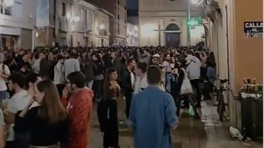 Multitud de jóvenes se concentran en la plaza de Benimaclet para hacer botellón cada fin de semana