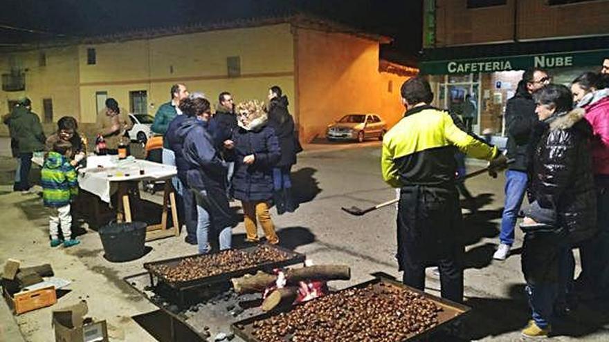 San Cristóbal celebra su popular magosto y tuesta para la ocasión 65 kilos de castañas