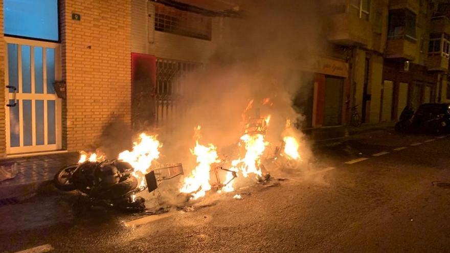 Un incendio calcina cinco motos y daña dos coches en Alicante