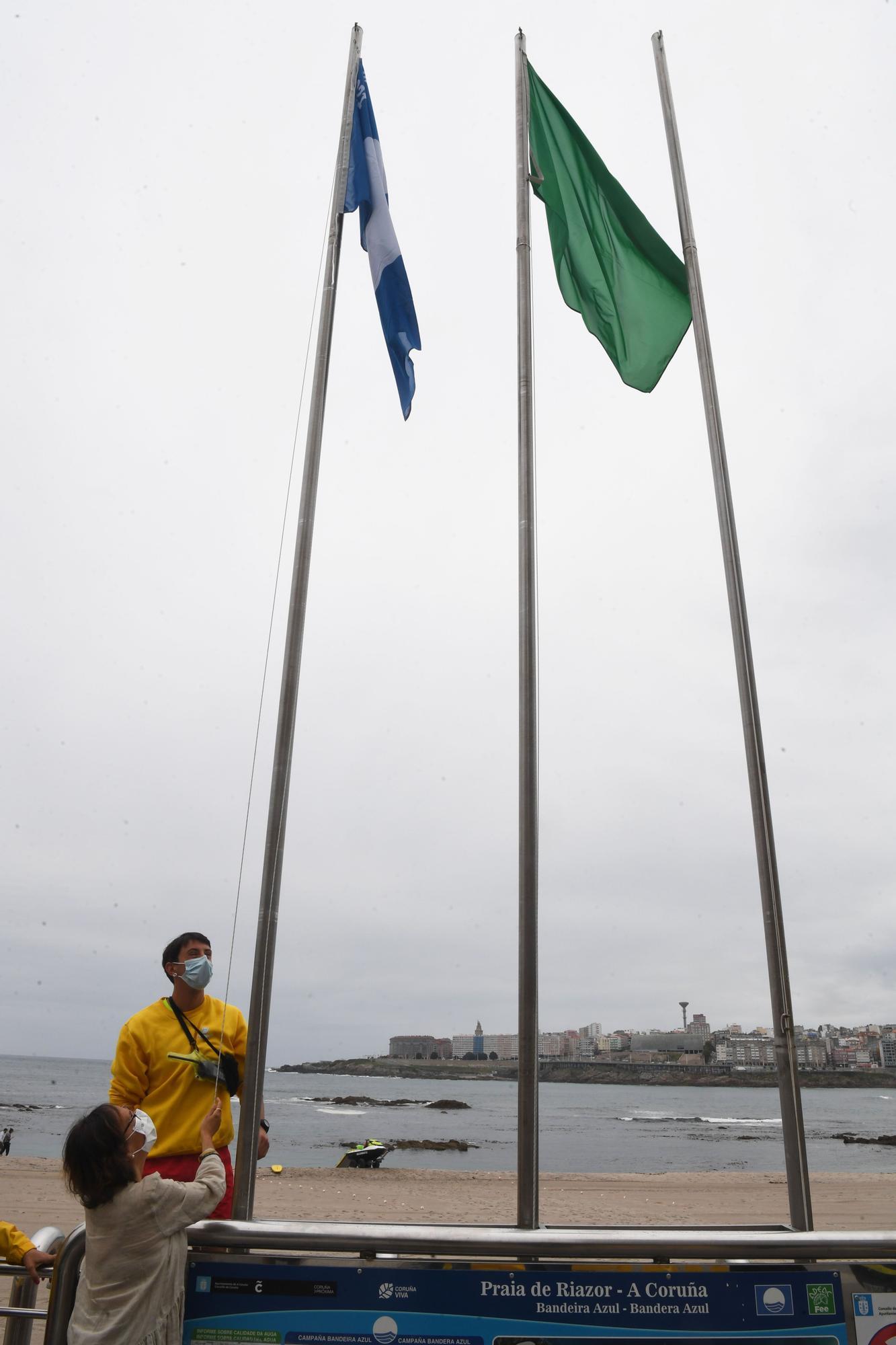 Izado de la bandera azul en la playa de Riazor