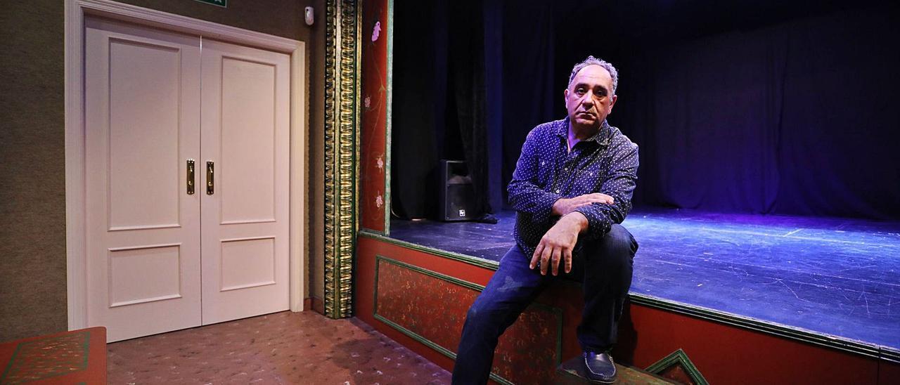 Francisco Pérez Guirado, director de la Sala La Carreta, encima del escenario, vacío, tras suspenderse la programación.  |