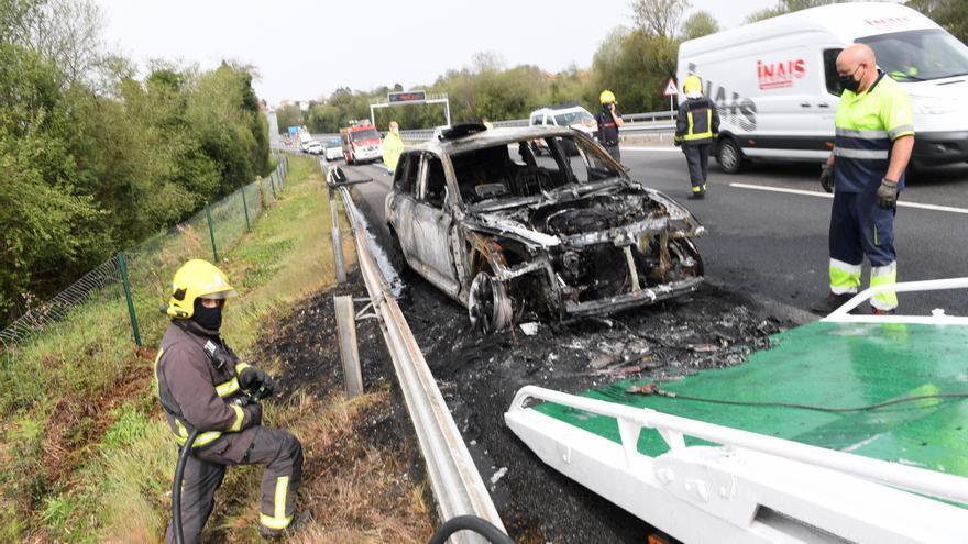 Bomberos de Betanzos apagan un coche en llamas en la AP-9