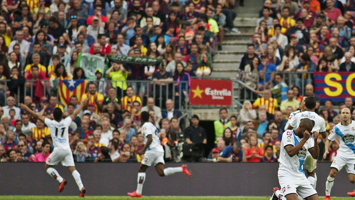 Diogo Salomão, a la izquierda, corre hacia el córner para celebrar el gol del empate en el Camp Nou en la última jornada de 2015. |  // LO