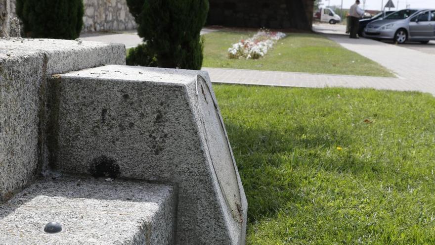 Roban la placa del crucero del cementerio