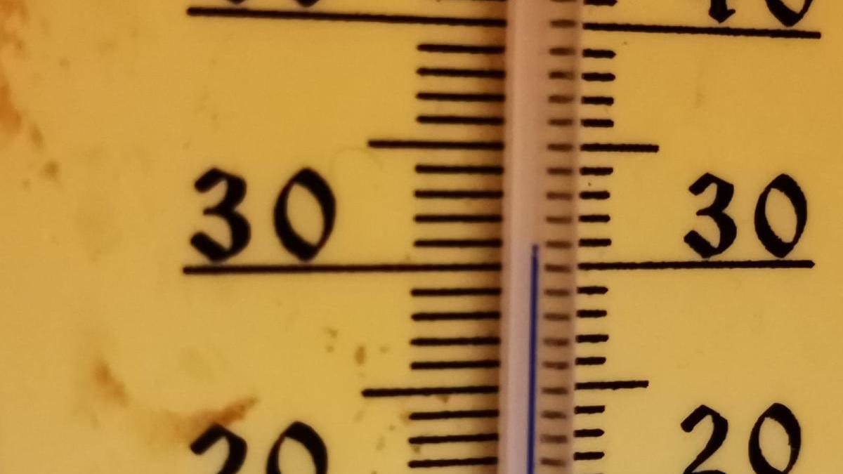Termómetro del interior de una casa de Lorca durante la madrugada, en la que no se bajó de 30 grados en toda la noche.