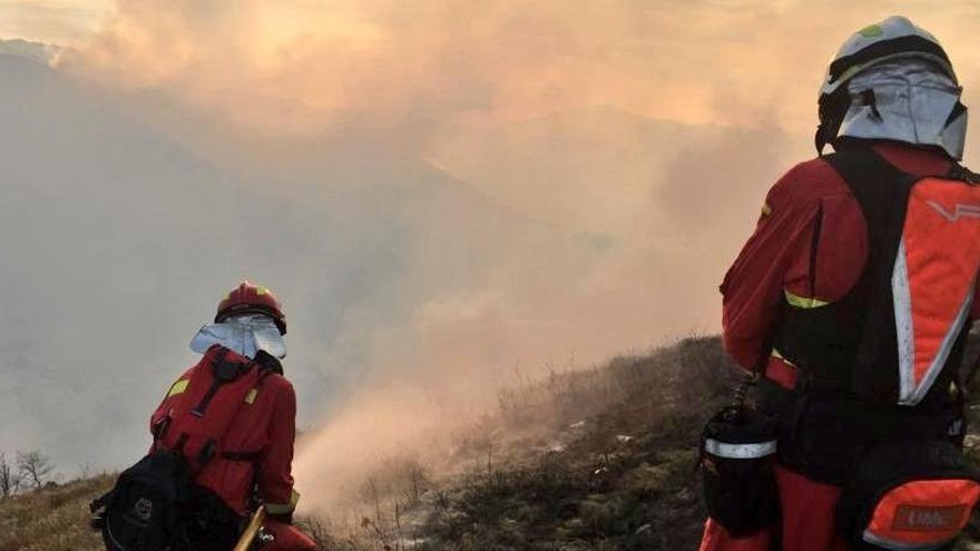 Efectivos de la UME en un incendio en Cantabria.