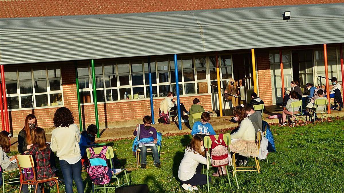 Varios alumnos de Duquesa Pimentel, preparándose para comenzar su clase al aire libre. | E. P.