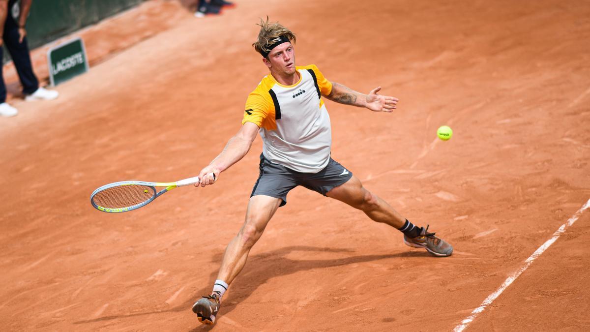 Alejandro Davidovich golpea una bola en Roland Garros 2021.