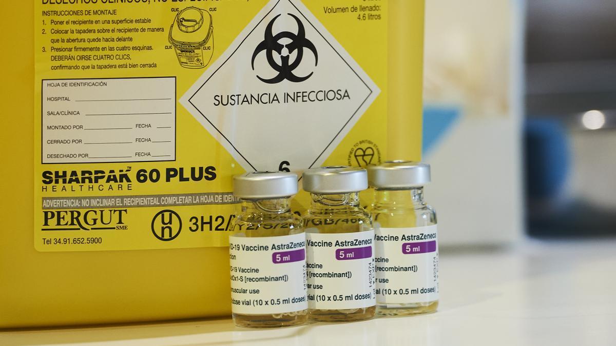 Varios viales con la vacuna de AstraZeneca.