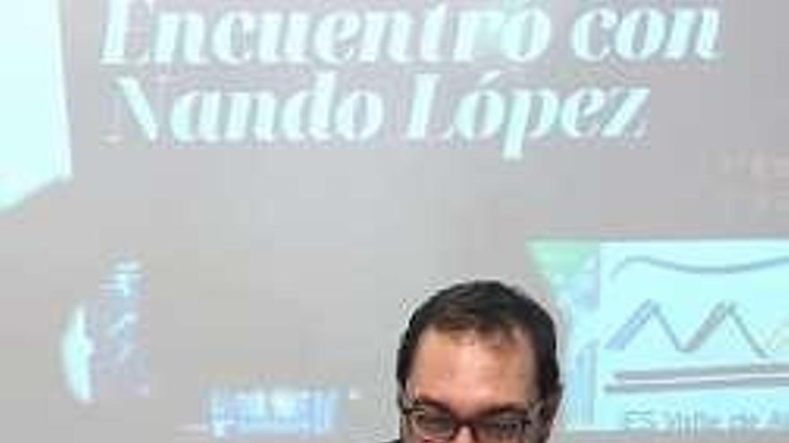 El escritor Nando López participa en un encuentro con alumnos del IES Valle de Aller