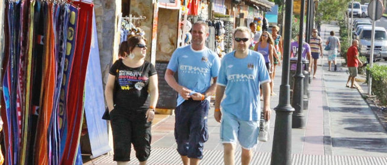 Un grupo de turistas camina por una de las calles principales de la localidad turística de Corralejo.