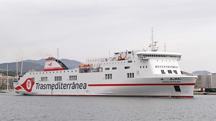 Siete horas encerrados en un barco de Trasmediterránea por una avería en el puerto de Palma