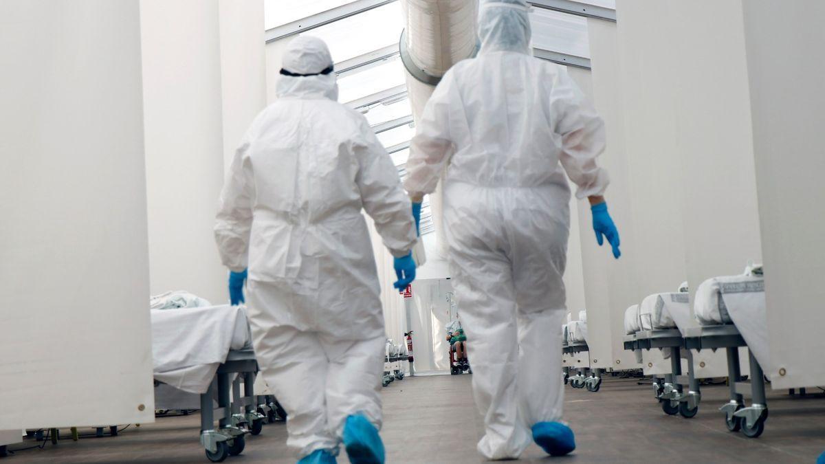 Dos sanitarios en un hospital durante la primera ola de covid-19.