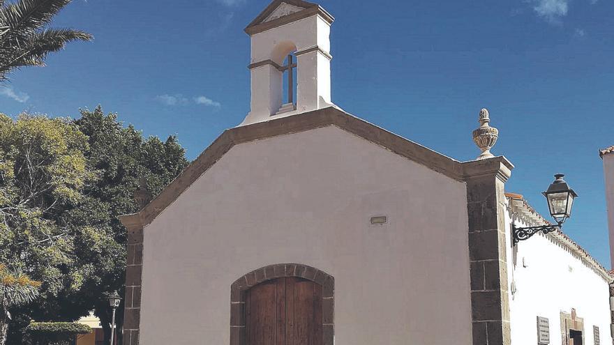 Santa Lucía restaura el techo del salón parroquial de la ermita de Sardina