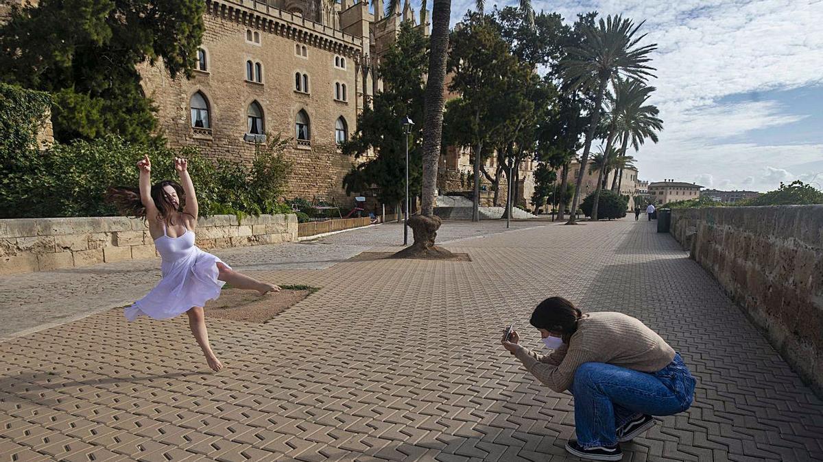 Dos jóvenes, tomando imágenes para sus perfiles de redes sociales en Dalt Murada.