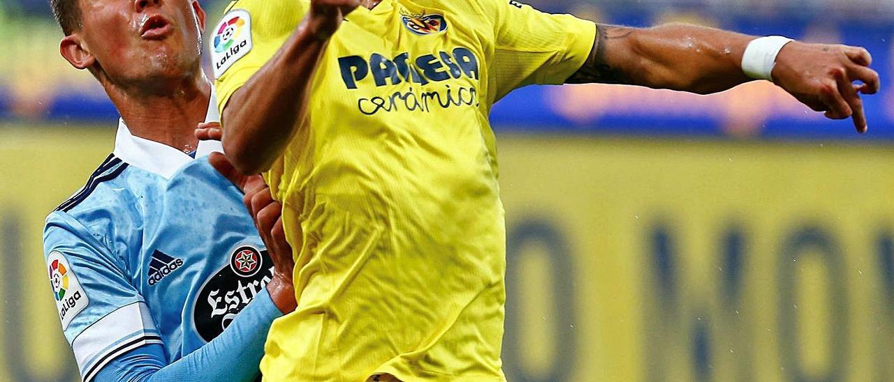 Carlos Domínguez marca a Yeremi Pino durante el partido del pasado domingo en La Cerámica.    // EFE