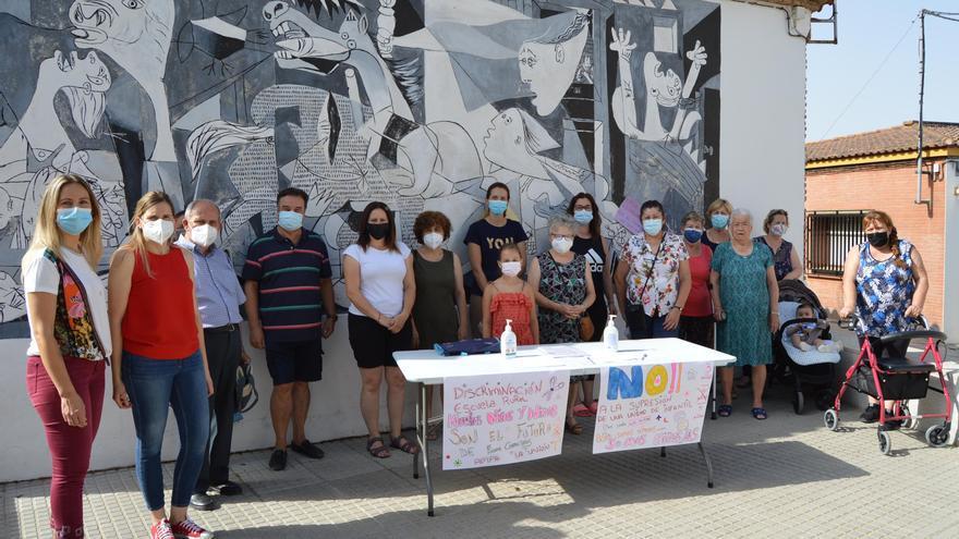 Los vecinos de Fuente Carreteros recogen firmas para evitar el cierre de líneas educativas