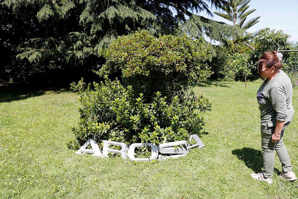 """Mercedes con las letras del cartel de """"Arosa"""""""