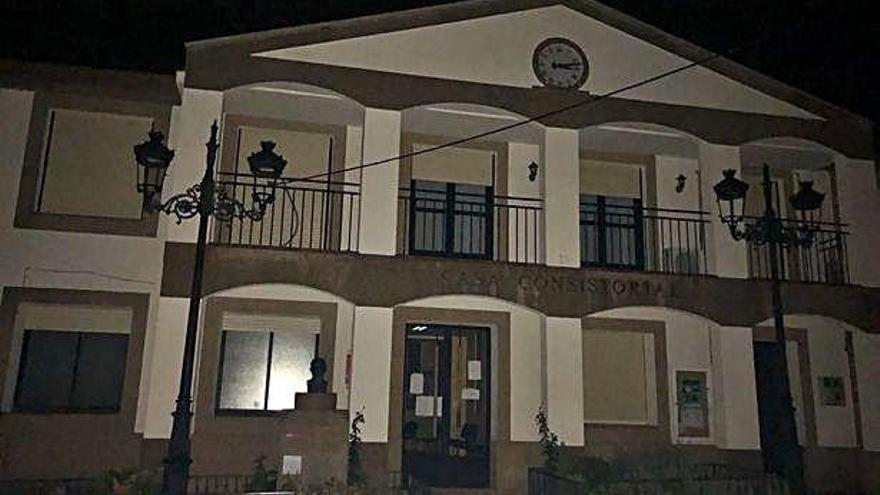 Edificio del Ayuntamiento de Rabanales a oscuras durante las horas que duró la avería.