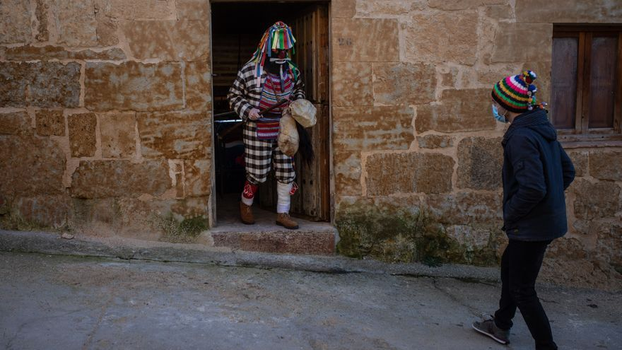 El Zangarrón de Sanzoles desafía la pandemia y se deja ver en las calles