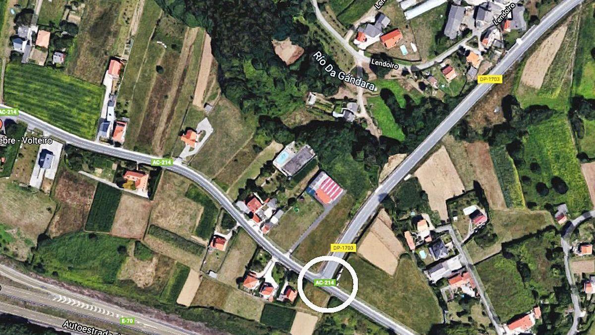 Ubicación de la rotonda en Frais, en el cruce entre las vías de Espíritu Santo y de Sigrás a Guísamo.