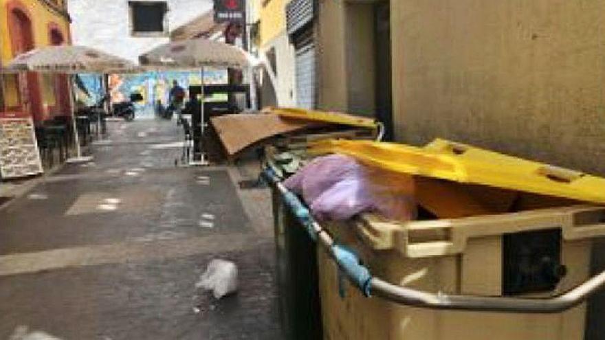 Hosteleros y vecinos de la calle Oliva denuncian la presencia de contenedores llenos y malolientes