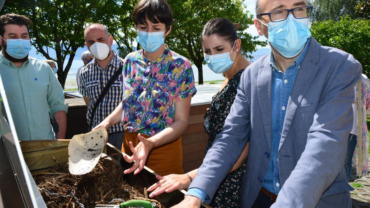 Ana Pontón, con la alcaldesa y el edil de Medio Ambiente, en uno de los composteros. / G.N.
