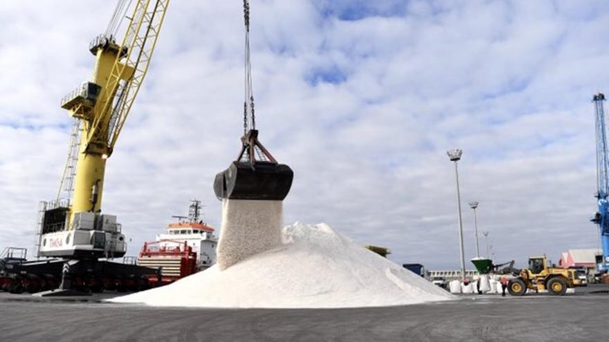 El Puerto de Coruña recibe 5.000 toneladas de sal para despejar de nieve y hielo las carreteras del norte de España