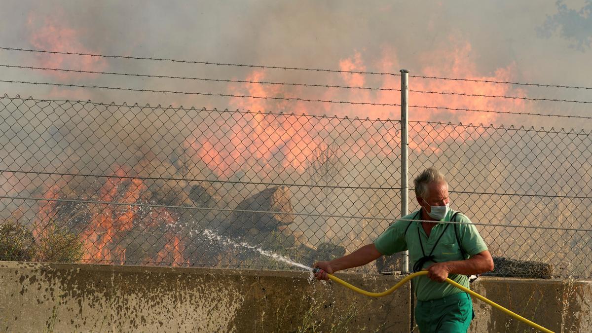 Un vecino de la localidad abulense de Robledillo colabora en las labores de extinción del incendio.