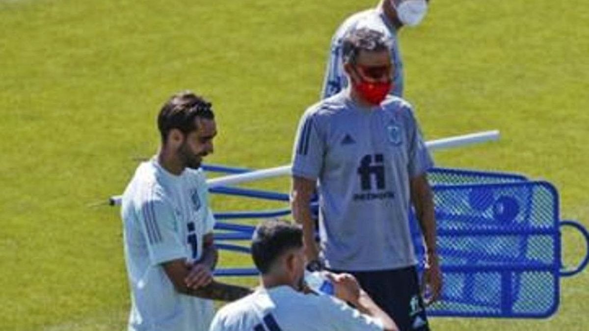 Brais Méndez, junto a Luis Enrique Martínez, ayer, en la Ciudad del Fútbol de Las Rozas. // RFEF