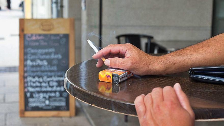 Catalunya es planteja seguir l'exemple gallec i prohibir fumar a l'exterior