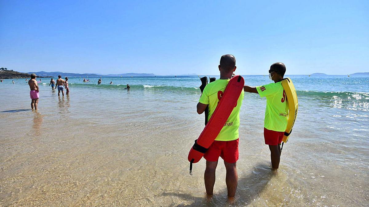 Socorristas en la playa de Montalvo, una de las que esta semana recupera este servicio. |   // GUSTAVO SANTOS